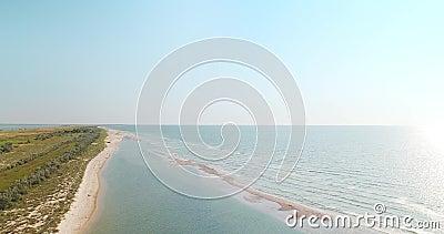 Vista aerea della linea costiera della spiaggia di Mar Nero e della banca bassa vicino alla regione di Kiliya, Ucraina stock footage