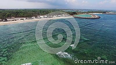 Vista aerea delle onde enormi in Oceano Indiano video d archivio