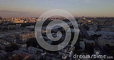 Vista aerea di 4K sul ponte di Mosca e gli appartamenti di lusso sotto le luci del tramonto, Russia video d archivio
