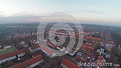 Vista aerea di panorama di Lindenbergsiedlung in Brunswick Braunschweig Germania il giorno nuvoloso stock footage