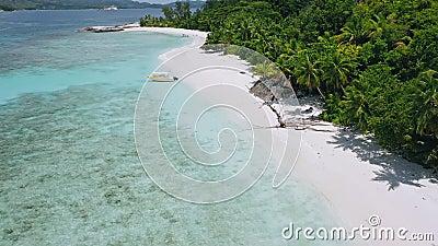 Vista aerea di una barca turistica solitaria ormeggiata sulla spiaggia tropicale esotica Laguna blu con acque chiare dell'oceano  video d archivio