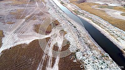 Vista aerea lungo il letto del fiume lungo fiume con la sua flora e fauna stock footage