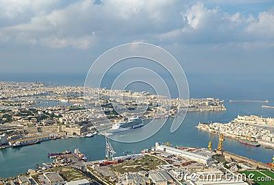 Vista aérea del acceso magnífico del puerto, La Valletta