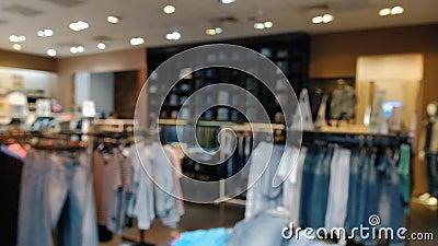 Vista borrosa de la tienda de ropa de denim en un gran centro comercial almacen de metraje de vídeo