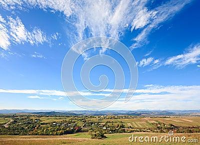 Vista collinosa della valle del paese di autunno