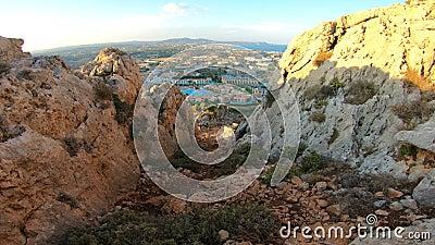Vista da costa mediterrânea da ilha do Rodes com hotéis e praias do turista vídeos de arquivo