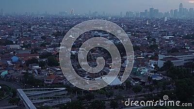A vista da densidade de residencial e de prédios de escritórios na zona oriental de Jakarta realiza-se na tarde filme