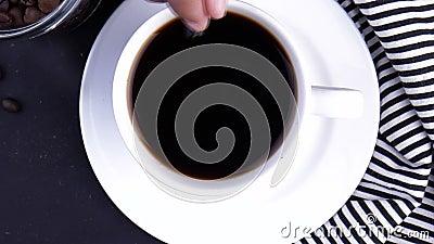 Vista dall'alto della persona che mescola il caffè con il cucchiaio stock footage