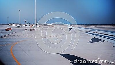 Vista dalla finestra dell'aeroplano sulla pista di atterraggio stock footage