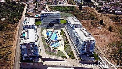 Vista de cima de um hotel complexo com piscina nas férias de verão Gravação Lindos hotéis com piscina e filme
