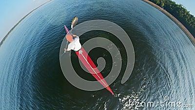Vista de cima de uma pessoa remando pelo lago video estoque