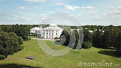 Vista de drone do parque e palácio em Pavlovsk, Petersburgo, Rússia, Fotografada em 4K UHD video estoque