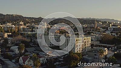 Vista de drone do Sinal de Hollywood e Hollywood na Califórnia ao nascer do sol vídeos de arquivo