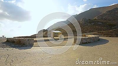 Vista de la piedra tabla-como el monumento en el centro del cuadrado en orilla del Mar Egeo almacen de video