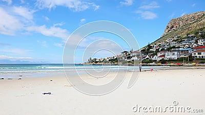 Vista de la playa de Fish Hoek Ciudad del Cabo Sudáfrica almacen de video