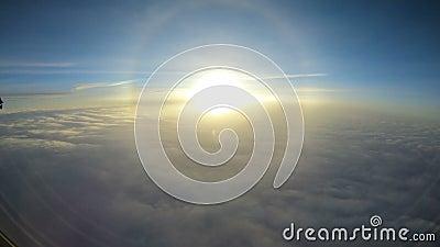 Vista de la puesta del sol sobre las nubes de la ventana del aeroplano almacen de video