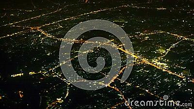 Vista de las luces de la noche de la opinión aérea de la ciudad grande almacen de video