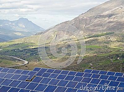 Vista de los paneles solares en las montañas de Madonie
