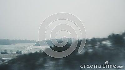 Vista de pueblo de nieve blanco desde tren en movimiento rápido en Francia almacen de video