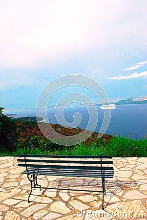 Vista del mar jónico y de un banco