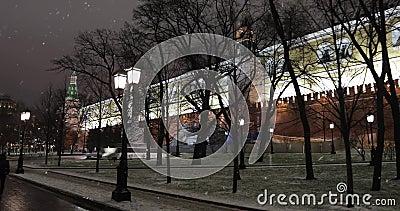 Vista del muro del Kremlin y de los Obelisk en honor al 300 aniversario del reinado de la dinastía Romanov metrajes