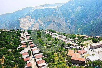 Vista del paesino di montagna da altezza