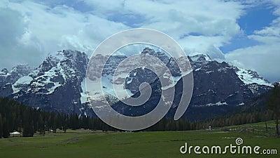 Vista del pico coronado de nieve de la cordillera de las dolomías, situada en Italia del noreste metrajes