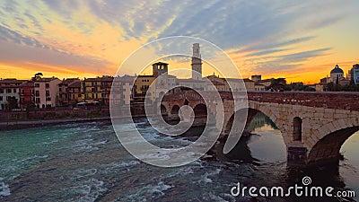 Vista del Ponte di Pietra al tramonto a Verona, Italia stock footage