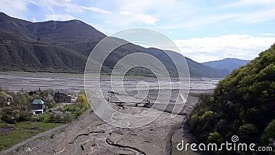 Vista del puente sobre el canal de la primavera del afluente del río Fortaleza de Ananuri del área, Georgia almacen de video