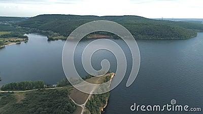 Vista dell'aria del fiume Volga e delle colline vicino all'acqua stock footage