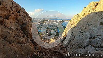 Vista della costa Mediterranea dell'isola di Rodi con gli hotel e le spiagge turistici stock footage