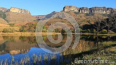 Vista delle montagne Drakensberg - Sudafrica archivi video