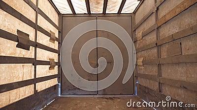 Vista desde adentro semi de un remolque vacío Acarree antes de transferir el producto Cierre para arriba almacen de metraje de vídeo