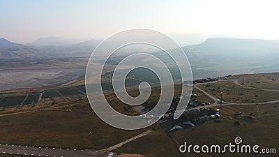 Vista desde el cielo en el aeródromo de la aviación ligera en la montaña Klementyev cerca de Koktebel en KOKTEBEL CRIMEA AGOSTO almacen de video
