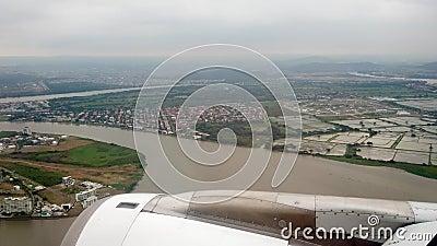 Vista desde la ventana del avión muestra el acercamiento del motor a Guayaquil, Ecuador almacen de video