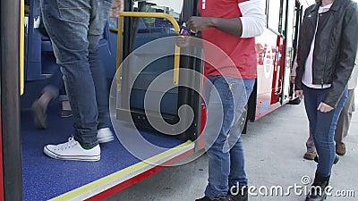 Vista di lasso di tempo dei piedi del passeggero che si imbarcano su bus video d archivio