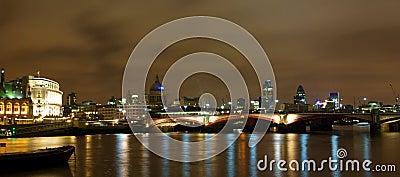 Vista di notte di Londra dal Tamigi
