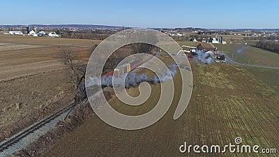 Vista di StrasbuAerial di un treno combinato del trasporto e del passeggero del vapore come visto dall'per parlare monotonamente  video d archivio
