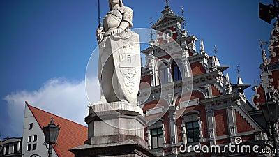 Vista di un monumento a Roland alla città Hall Square contro la Camera del fondo dei comedoni di Riga Lettonia stock footage