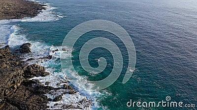 Vista do alto de uma costa deserta da costa Rocky da ilha de Tenerife. Gravação aérea de ondas marítimas vídeos de arquivo