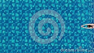 Vista do topo como uma mulher pulando e mergulhando na piscina e nadando sob a água em Red Bikini Mulher desportiva vídeos de arquivo