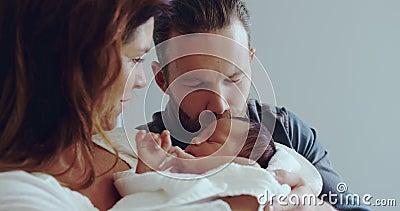 Vista frontal do casal caucasiano segurando seu bebê recém-nascido na enfermaria do hospital video estoque