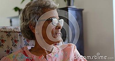 Vista frontale della donna senior caucasica che si rilassa alla casa di cura 4k video d archivio