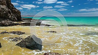 Vista a la playa arenosa de Costa Calma en el sur de Fuerteventura, Canarias en segundo lugar más grandes, España almacen de video