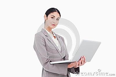 Vista lateral de la empresaria con la computadora portátil