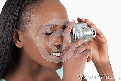 Vista lateral de la mujer joven que toma un cuadro
