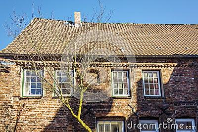 De una casa del ladrillo rojo con los 225 rboles y el cielo azul