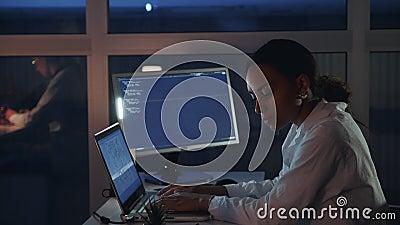 Vista lateral del ingeniero de sexo femenino afroamericano que trabaja en el ordenador en laboratorio de electrónica Hacer el des almacen de metraje de vídeo