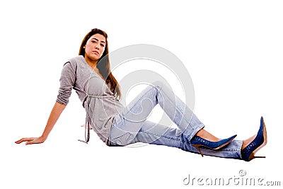 Vista laterale di giovane macchina fotografica di sguardo femminile