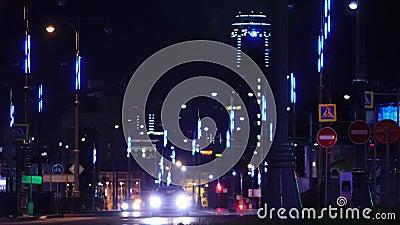 Vista na cidade da noite com luzes Metragem conservada em estoque A luz arrasta no fundo moderno do edif?cio vídeos de arquivo